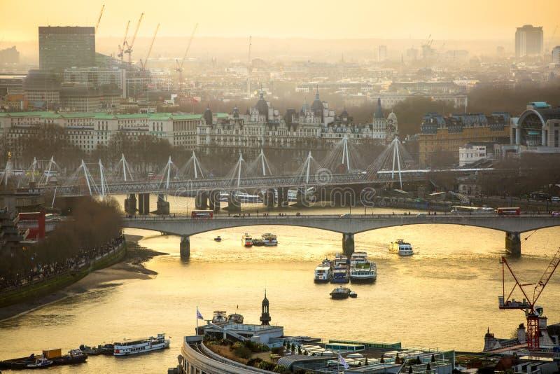 Download Londen Bij Zonsondergang Met Lichten En Bezinning Mening Bij De Aria Van Westminster, Redactionele Fotografie - Afbeelding bestaande uit stad, facade: 107706382