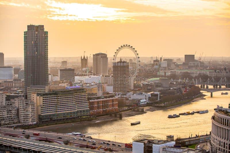 Download Londen Bij Zonsondergang Met Lichten En Bezinning Mening Bij De Aria Van Westminster, Redactionele Fotografie - Afbeelding bestaande uit iconisch, brits: 107706412