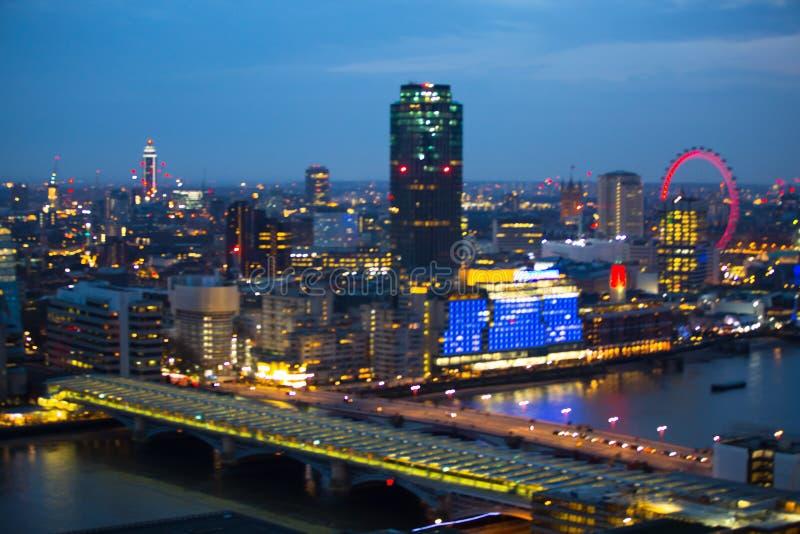 Download Londen Bij Zonsondergang Met Lichten En Bezinning Mening Bij De Aria Van Westminster, Redactionele Stock Afbeelding - Afbeelding bestaande uit bezig, avond: 107706444