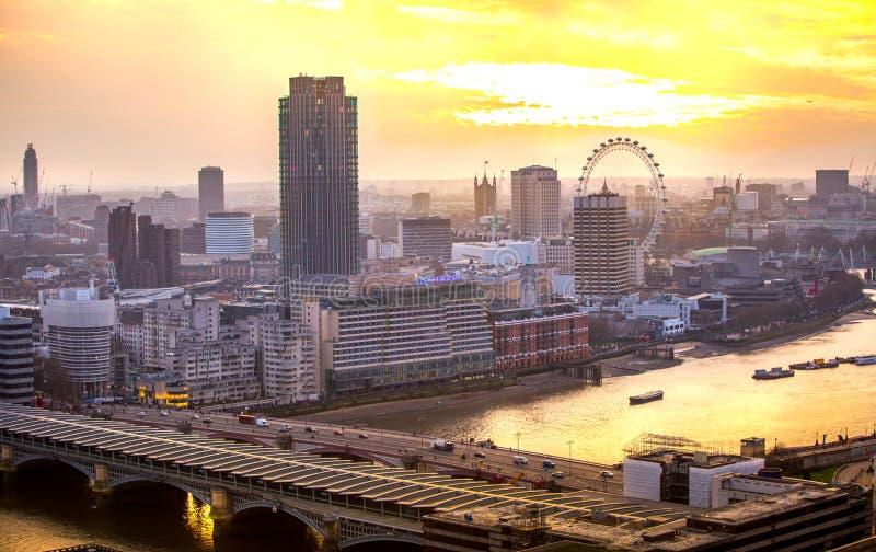 Download Londen Bij Zonsondergang Met Lichten En Bezinning Mening Bij De Aria Van Westminster, Redactionele Foto - Afbeelding bestaande uit kapitaal, brits: 107706456
