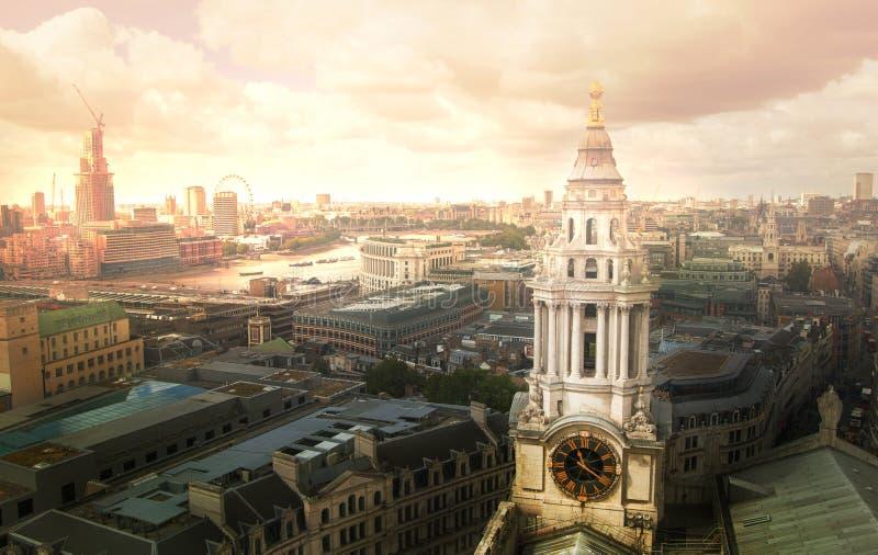 Download Londen Bij Zonsondergang Met Lichten En Bezinning Mening Bij De Aria Van Westminster, Redactionele Foto - Afbeelding bestaande uit financieel, bezig: 107706481