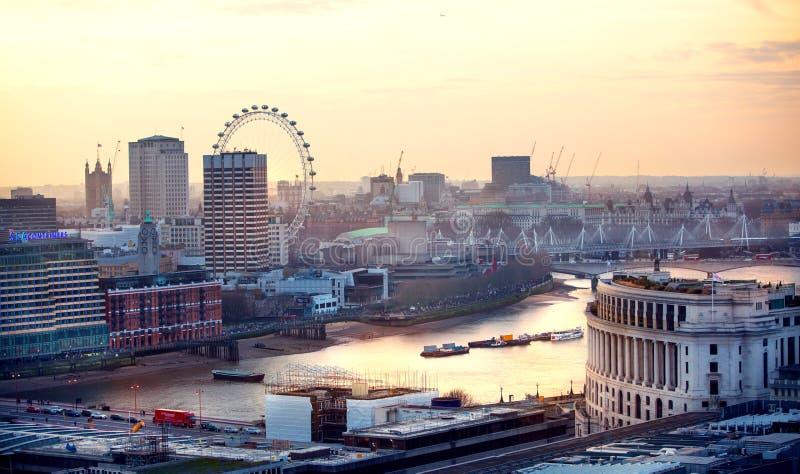 Download Londen Bij Zonsondergang Met Lichten En Bezinning Mening Bij De Aria Van Westminster, Redactionele Foto - Afbeelding bestaande uit globaal, iconisch: 107706611