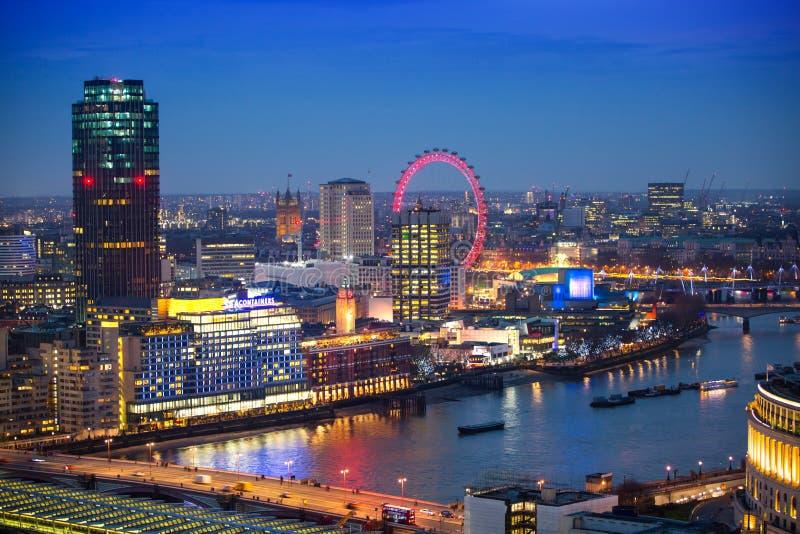 Download Londen Bij Zonsondergang Met Lichten En Bezinning Mening Bij De Aria Van Westminster, Redactionele Afbeelding - Afbeelding bestaande uit zaken, financieel: 107706660