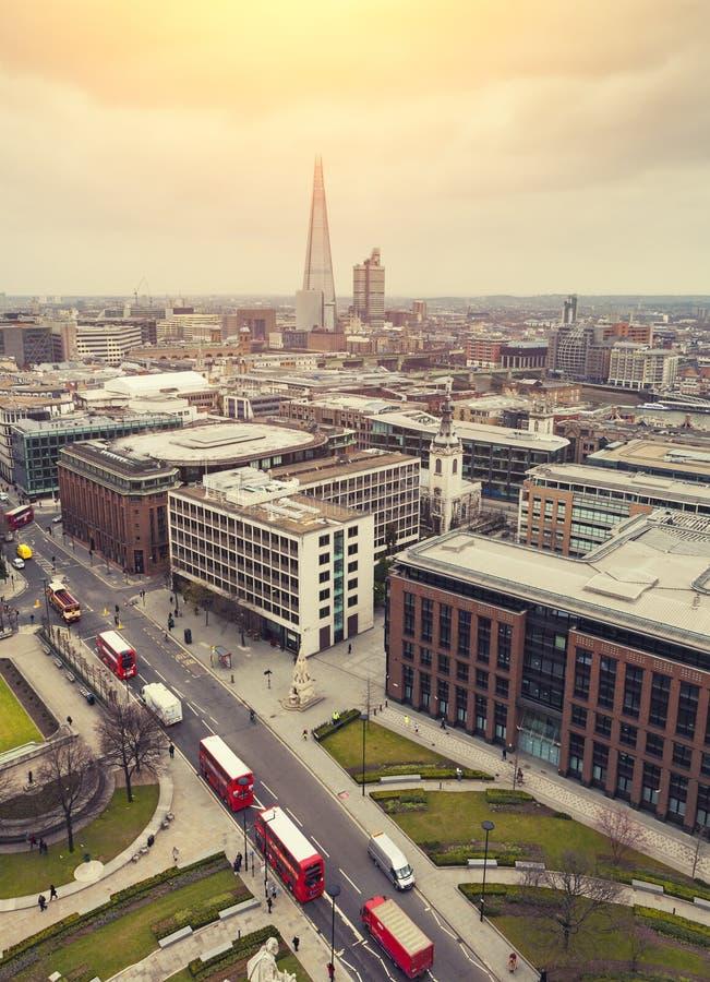 Londen bij Zonsopgang, geel zonlicht over Londen stock foto