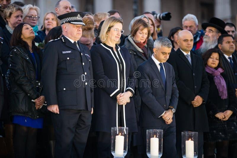 Londen Burgemeester Sadiq Khan en Ambtenaren die Kaarsen voor Wake aansteken stock foto's