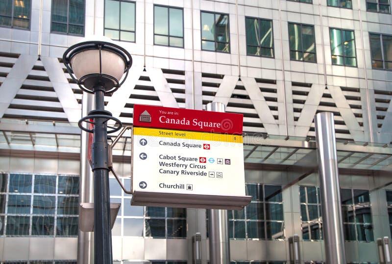 Londen, Canary Wharf en tekenpost stock foto's