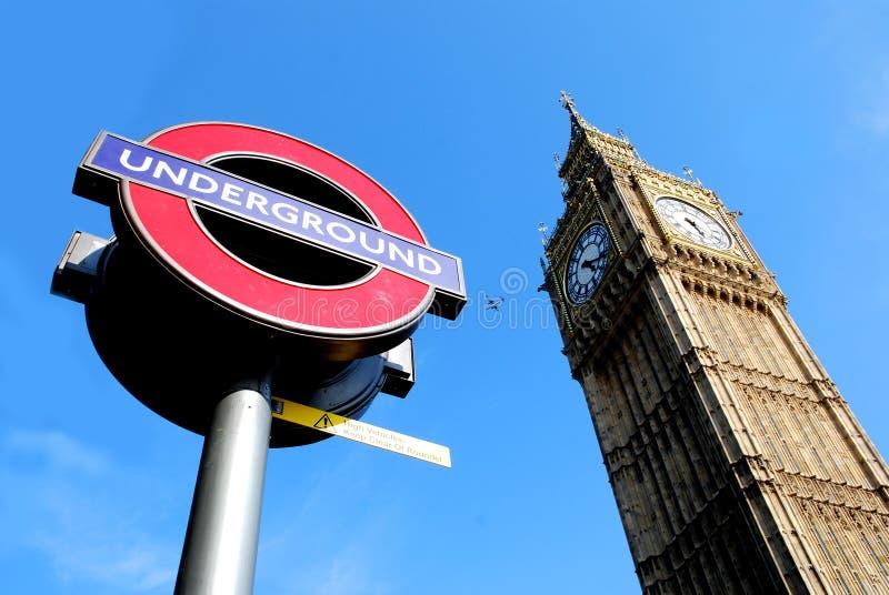Londen de Big Ben en een ondergronds/metro teken stock afbeeldingen