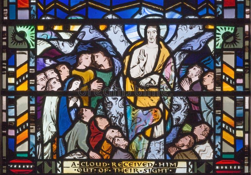 Londen - de scène van Beklimming van Lord op het gebrandschilderde glas in kerk St Etheldreda royalty-vrije stock afbeelding