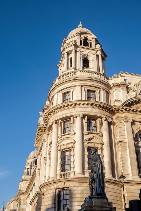 LONDEN - 9 DEC: Standbeeld van de Hertog van Devonshire in Whitehall i royalty-vrije stock afbeelding