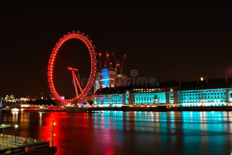 Londen en rivier Theems bij schemer Het Oog van Londen in Londen royalty-vrije stock afbeelding