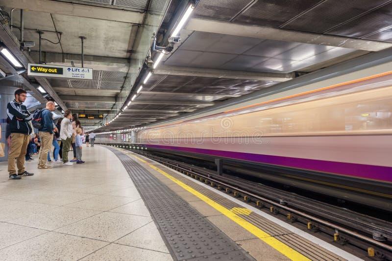 LONDEN, ENGELAND - AUGUSTUS 18, 2016: De Ondergrondse Post van Westminster in Londen, Engeland Onscherpe Trein wegens Lange Bloot royalty-vrije stock foto's