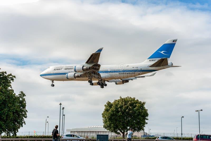 LONDEN, ENGELAND - AUGUSTUS 22, 2016: 9k-ADE Kuwait Airways Boeing die 747 in de Luchthaven van Heathrow landen royalty-vrije stock foto