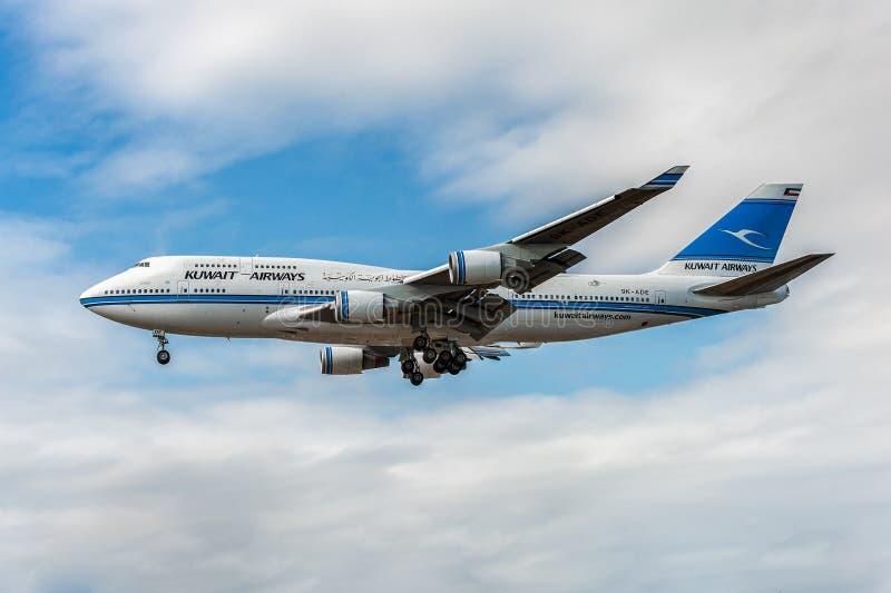 LONDEN, ENGELAND - AUGUSTUS 22, 2016: 9k-ADE Kuwait Airways Boeing die 747 in de Luchthaven van Heathrow landen stock fotografie
