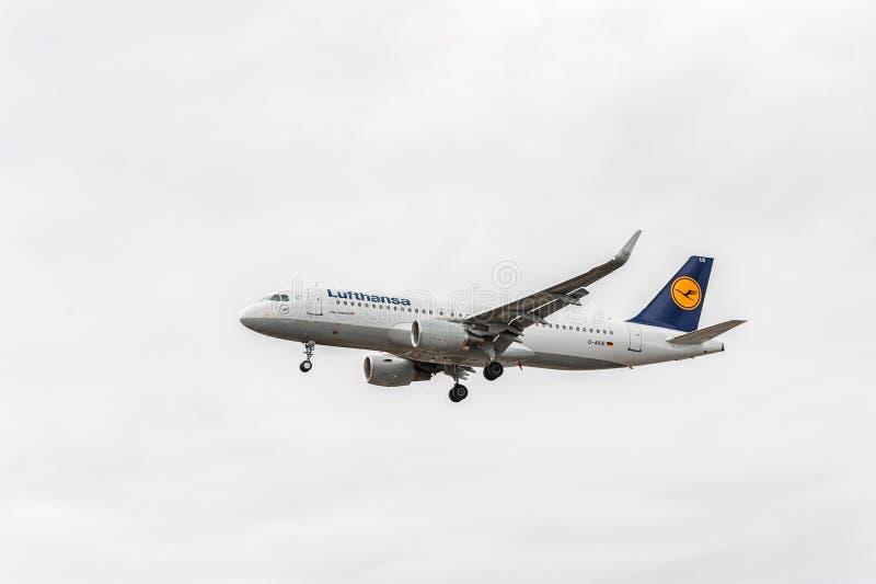 LONDEN, ENGELAND - AUGUSTUS 22, 2016: Lufthansa-Luchtbusa320 Vliegtuig duitsland stock afbeeldingen