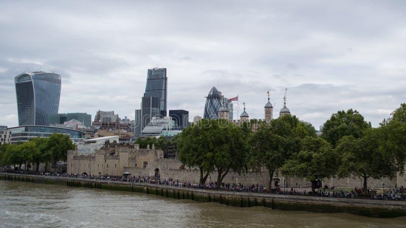 Londen, Engeland - Cityscape over de Rivier van Theems naar Toren van Londen met Augurk op achtergrond royalty-vrije stock foto