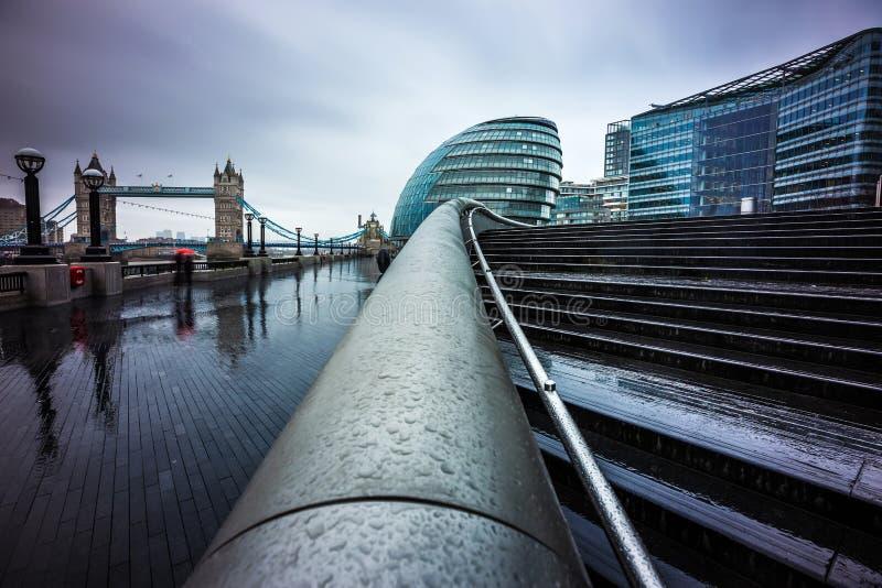 Londen, Engeland - Donkere regenachtige dag in het centrum van Londen met bureaugebouwen en Torenbrug stock foto