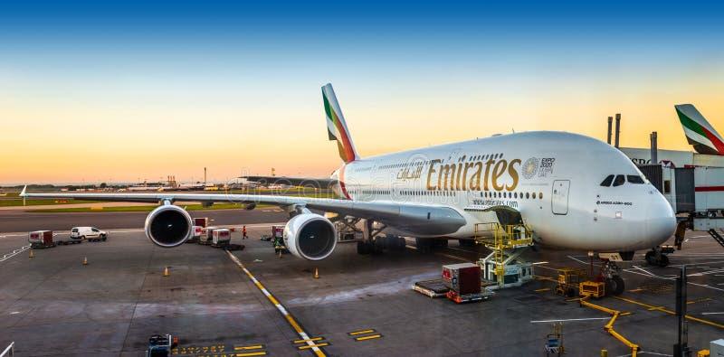Londen, Engeland - 05 05 2018: Een super Luchtbus A380-800 van Emiraten stock foto's