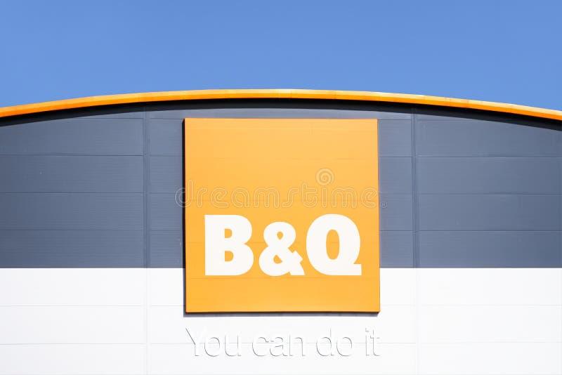 Londen, Engeland/het UK - 20 Juli 2019: B & q-het huisverbetering de winkel opent bij kleinhandelspark stock afbeeldingen