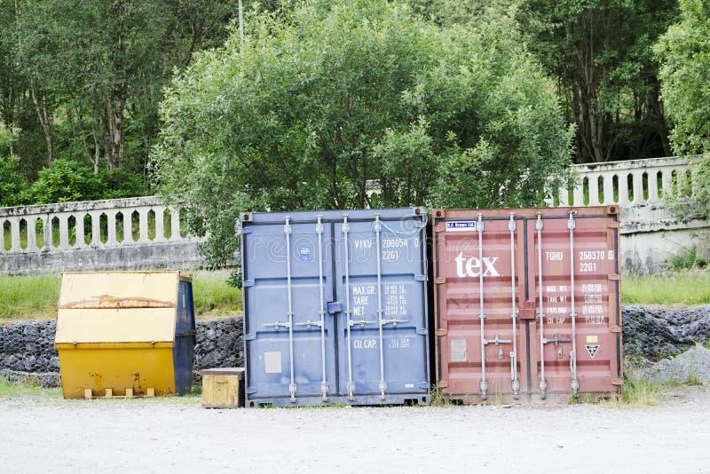 Londen, Engeland/het UK - 20 Juli 2019: De containers van de staalopslag bij parkbouwwerf royalty-vrije stock foto's
