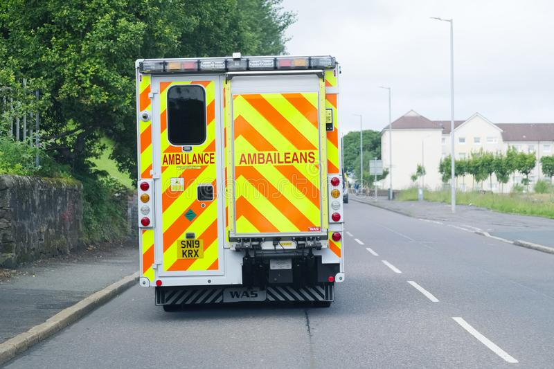 Londen, Engeland/het UK - 19 Juli 2019: NHS-Ziekenwagen veel gevraagde wegens besnoeiingen in hulpdiensten stock afbeeldingen