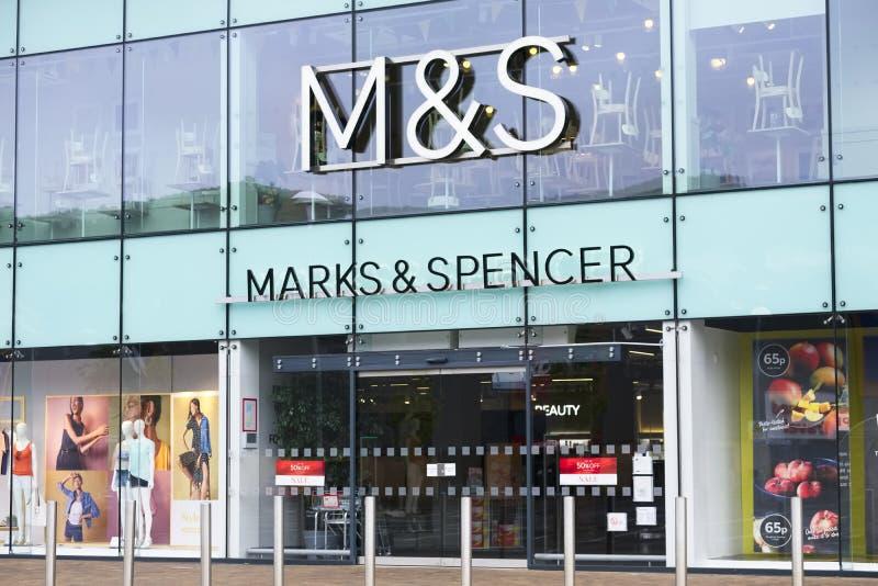 Londen, Engeland/het UK - 13 Juli 2019: Het nieuwe de winkel van Marks and Spencer openen stock fotografie