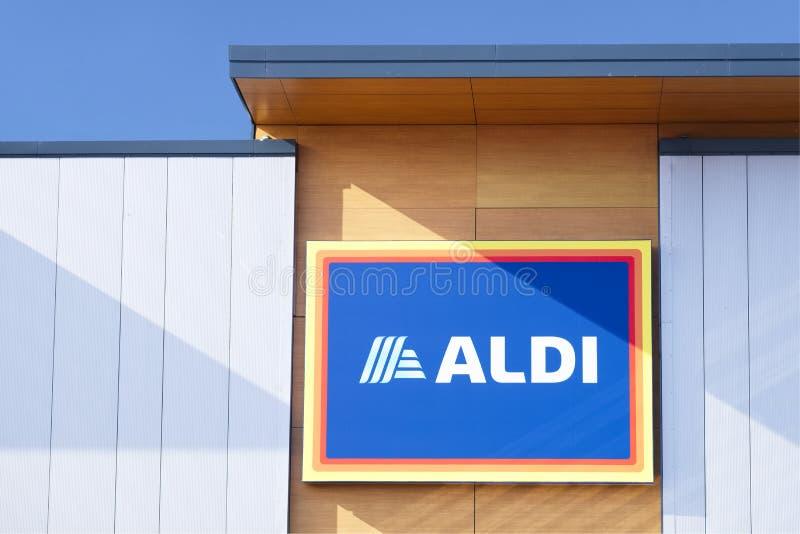 Londen, Engeland/het UK - 20 Juli 2019: Van de de kortingskruidenierswinkel van Aldi lage kosten opent de het voedselwinkel bij k stock fotografie