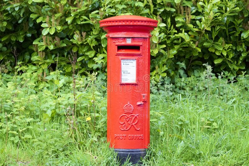 Londen, Engeland/het UK - 19 Mei 2019: Rode die de pijlerdoos van Royal Mail en nog in gebruik wordt bewaard stock foto's