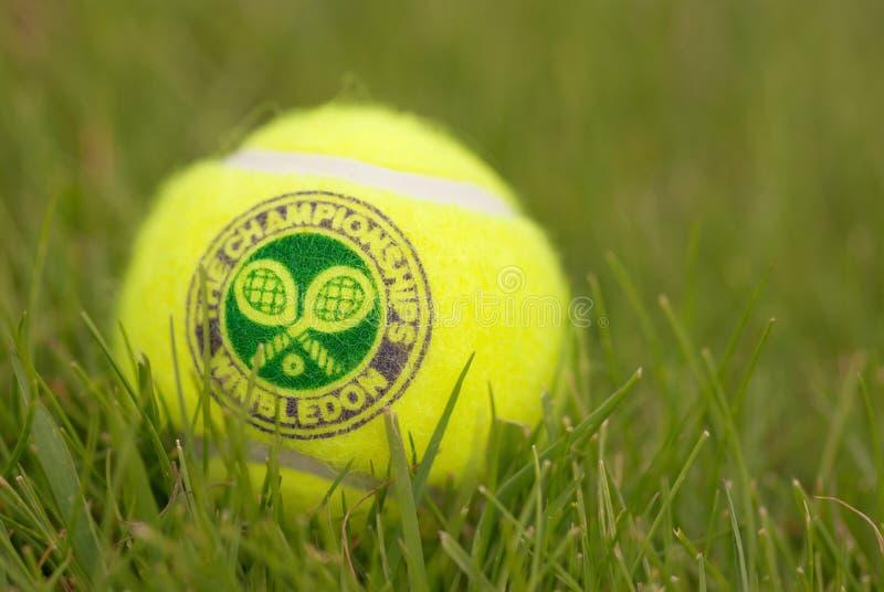 LONDEN, 22 ENGELAND-JUNI, 2009: Officiële Tennisbal stock foto's