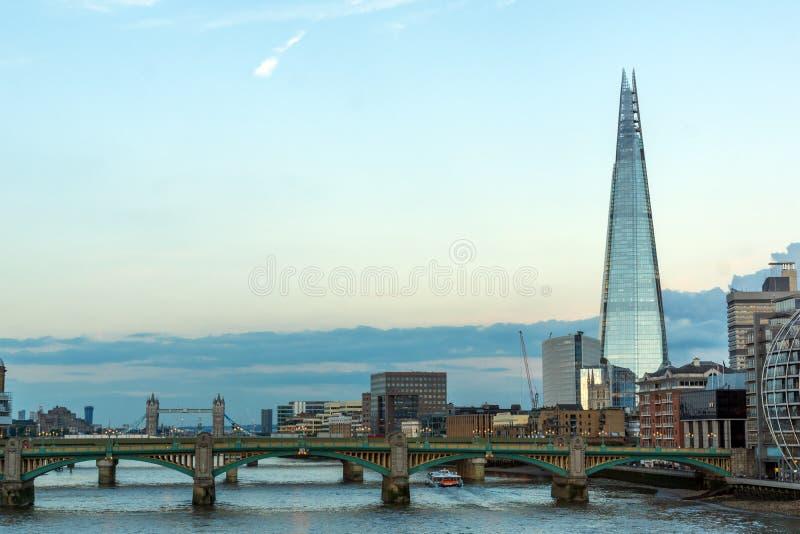Londen, Engeland - Juni 17 2016: Schemering op Southwark-Brug, de rivier van Theems en de Scherfwolkenkrabber, Londen stock foto