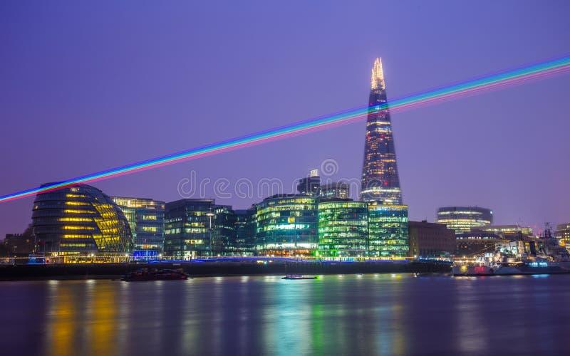 Londen, Engeland - Laserlicht over de nachthemel van Londen met Scherfwolkenkrabber stock foto's