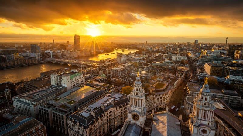 Londen, Engeland - Lucht panoramische die horizonkijk op Londen vanaf bovenkant van de Kathedraal van StPaul ` s bij zonsondergan stock afbeelding