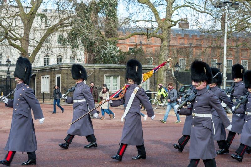 Londen, Engeland - Maart 06, 2017: De verandering van de wachten in Fr stock fotografie