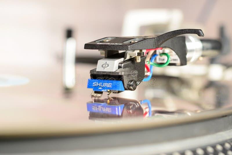 LONDEN, ENGELAND - MEI 08, 2019: Audiofilische cartridge scherminal 97 gemonteerd in technische huls met reflectie in spiegeloppe royalty-vrije stock afbeeldingen
