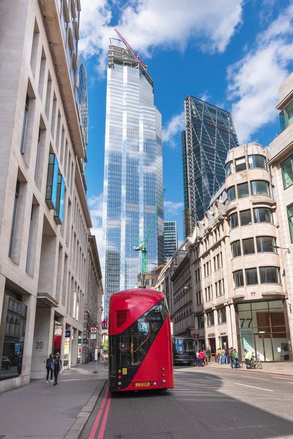 Londen, Engeland - Mei 12, 2019: Iconische rode de dubbeldekkerbus van Londen met ontzagwekkende moderne wolkenkrabbers binnen ar royalty-vrije stock foto