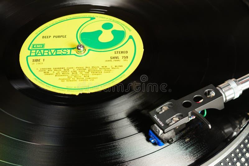 LONDEN, ENGELAND - MEI 08, 2019: Vintage vinyl record met EMI Harvest-label afgespeeld op Technics turbbel met audiopoliet Shure royalty-vrije stock afbeelding