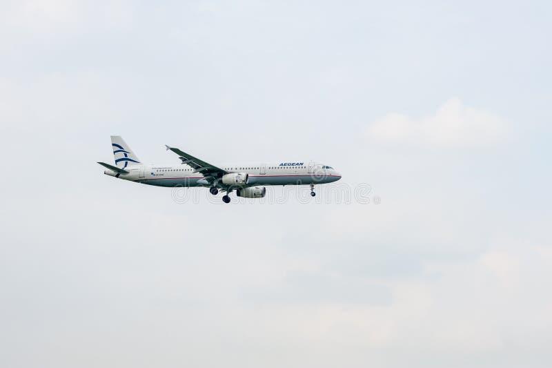 LONDEN, ENGELAND - SEPTEMBER 27, 2017: Aegean Airlines-Luchtvaartlijnenluchtbus A321 sx-DVO die in de Internationale Luchthaven v stock afbeeldingen
