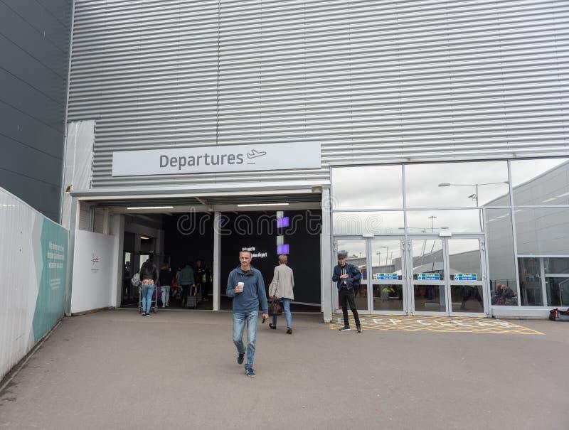 LONDEN, ENGELAND - SEPTEMBER 29, 2017: De Ingang van het de Luchthavenvertrek van Luton Londen, Engeland, het Verenigd Koninkrijk stock foto