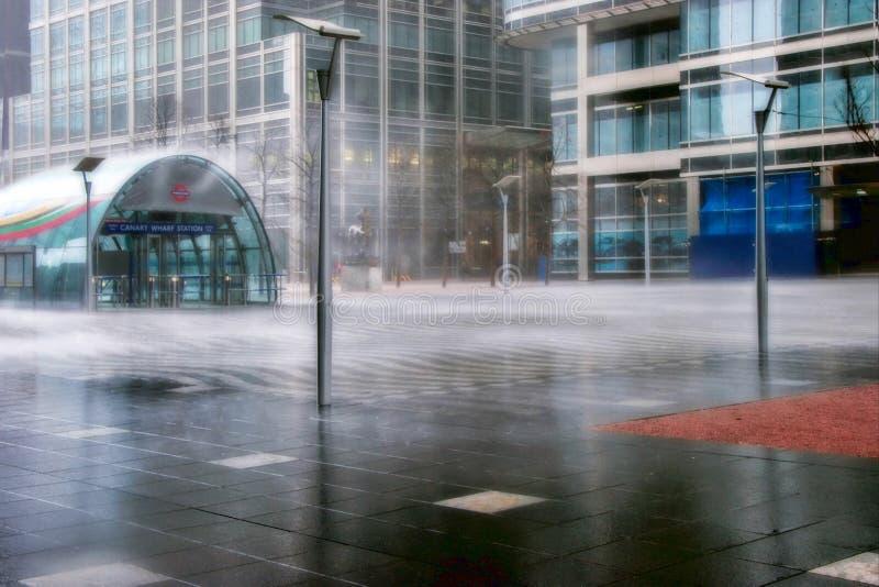 LONDEN - FEBRUARI 12: Stortbui in Canary Wharf Docklands stock foto's