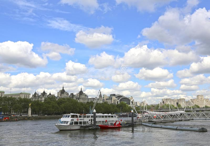 Londen, Groot-Brittannië - Mei 22, 2016: De stad kruist London Eye-Pijler stock foto