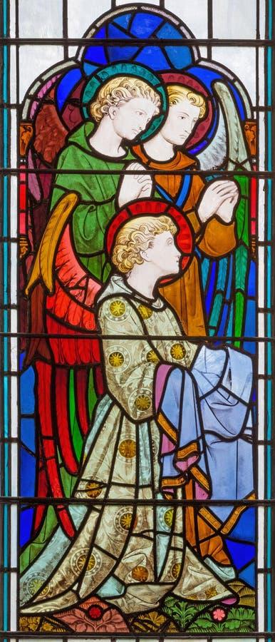 LONDEN, GROOT-BRITTANNIË - SEPTEMBER 14, 2017: De engelen in bewondering op het gebrandschilderde glas in de kerk St Michael Corn royalty-vrije stock foto's