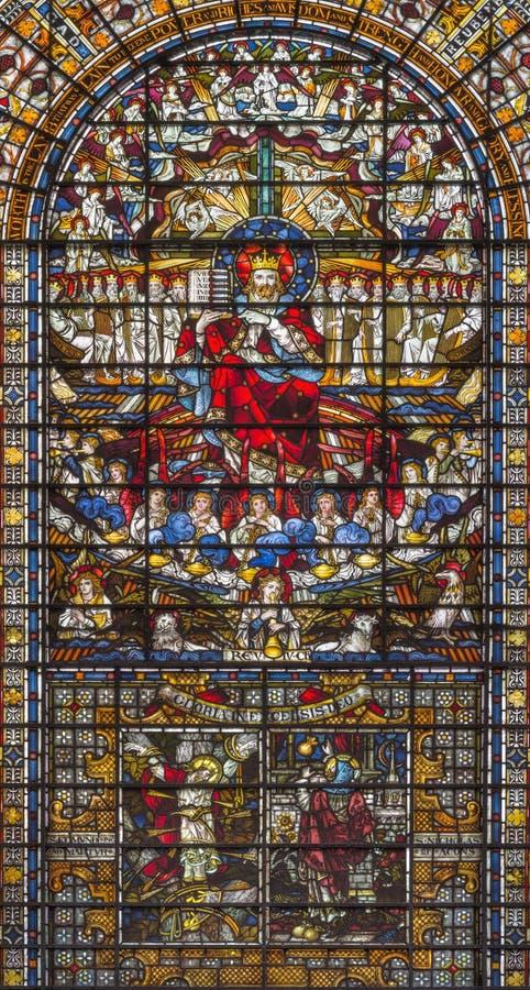 LONDEN, GROOT-BRITTANNIË - SEPTEMBER 14, 2017: Jesus Christ de Koning op het gebrandschilderde glas in de kerk St Edmund de Konin royalty-vrije stock fotografie