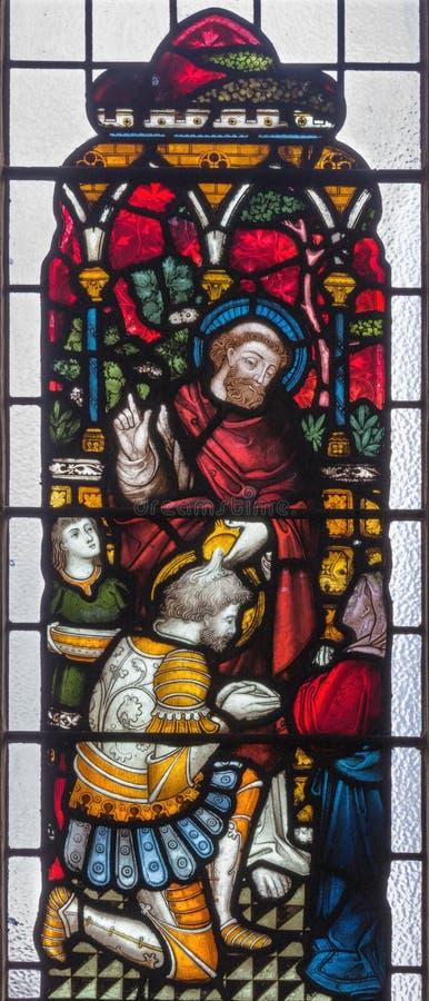 LONDEN, GROOT-BRITTANNIË - SEPTEMBER 19, 2017: Peter Baptizing Centurion Cornelius op het gebrandschilderde glas in St Mary Abbot royalty-vrije stock fotografie