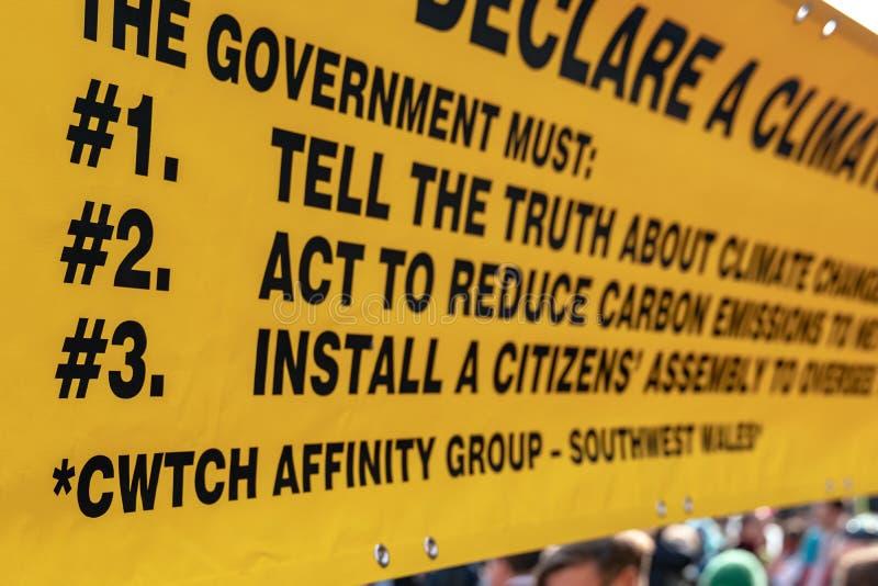 Londen, het UK - 15 April, 2019: De campagnevoerders gele banner van de uitstervenopstand van drie kernvraag naar de overheid van royalty-vrije stock afbeelding