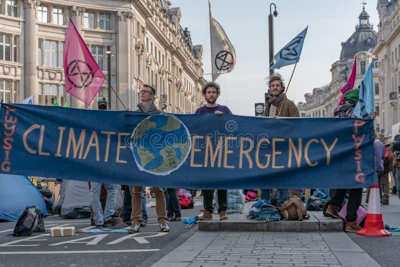 Londen, het UK - 15 April, 2019: De campagnevoerdersbarricade van de uitstervenopstand in Oxford Circus, campagnevoerders geblokk royalty-vrije stock foto
