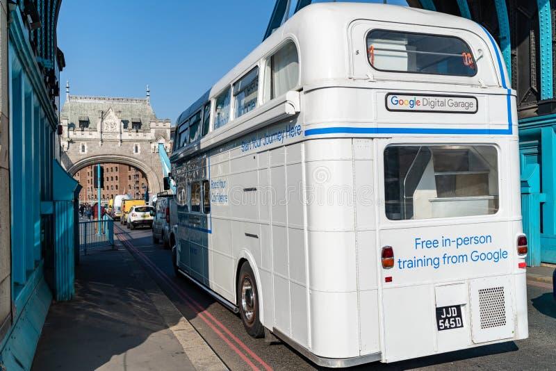LONDEN, HET UK - 1 APRIL, 2019: Het zeldzame Witte Google-Bus drijven over de Torenbrug stock afbeelding