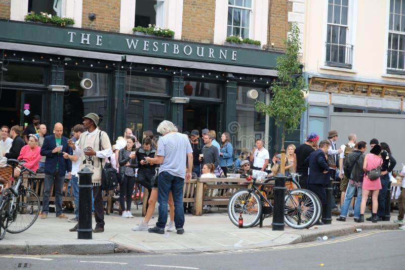 Londen, het UK - 27 Augustus, 2018: Een bont menigte van Londen die een bier buiten bar drinken royalty-vrije stock fotografie