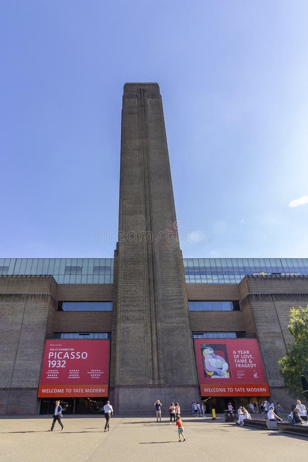 LONDEN, HET UK - 2 AUGUSTUS, 2018: Mensen bij de buitenkant van Tate Modern Art Gallery stock fotografie