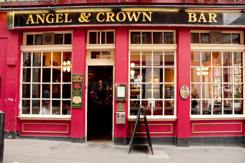 Londen, het UK - 17 Augustus, 2010: typische Britse bar met rode facad stock foto's