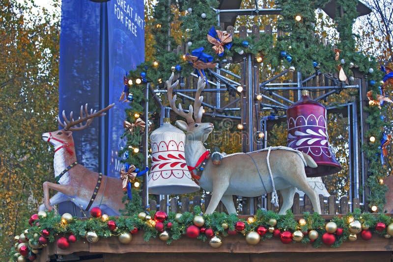 LONDEN, het UK - DECEMBER 4, van 2016 traditionele de pretmarkt van Hyde Park Winter Wonderland met voedsel en drankboxen, carrou stock afbeelding