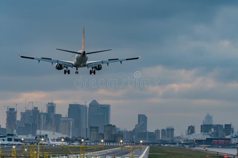 Londen, het UK - 17, Februari 2019: E-Straal de familiereeks van Embraer van smal-lichaam plotseling aan het middellange afstands stock foto
